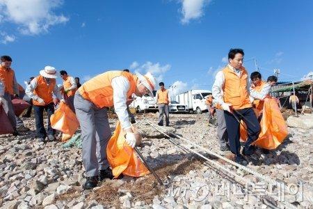 한화 임직원들이 수해피해지역 재건을 위해 봉사하고 있다 /=한화