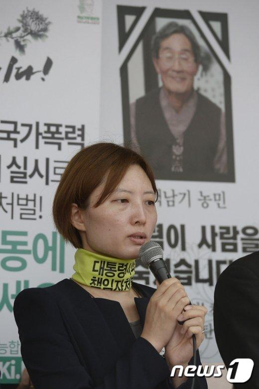 [사진]서명운동 동참 호소하는 백도라지씨