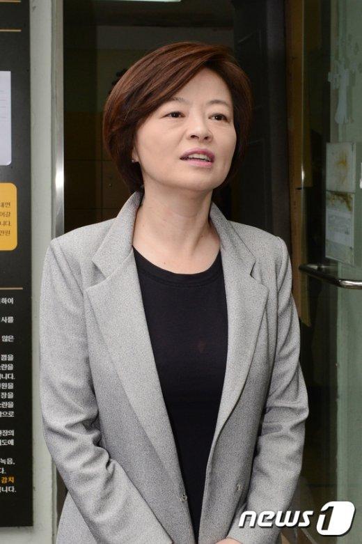 [사진]첫 공판에 전 취재진의 질의에 답하는 진선미 의원