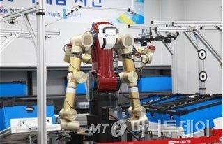 산업용 양팔로봇 '아미로'/사진=기계연