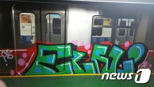 [사진]대구지하철 그래피티 외국인 용의자, 경찰 조사중