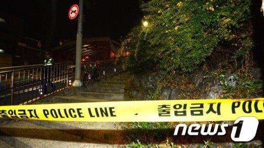 19일 강북구 오패산터널 인근에서 용의자와 경찰관 사이에 총격전이 벌어진 현장이 통제돼있다.  /뉴스1 © News1 황기선 기자