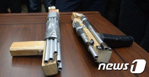 19일 강북경찰서에서 '오패산터널 총격전'에서 이용된 총기가 공개되고 있다.  /뉴스1 © News1 황기선 기자