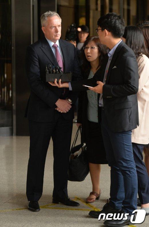 [사진]검찰 출석한 트레버 힐 전 아우디폭스바겐코리아 총괄대표