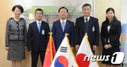 [사진]중국·일본 대표단과 기념촬영하는 김동극 처장