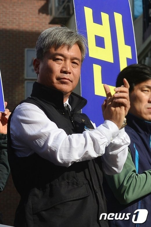 [사진]박수 치는 김영훈 철도노조위원장