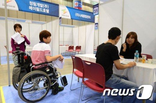 장애인 구직자가 면접을 기다리고 있다./뉴스1 © News1