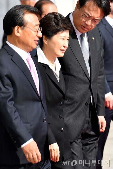 [사진]여당 지도부와 이동하는 박근혜 대통령