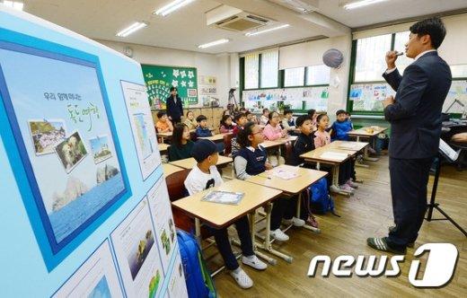 [사진]독도 특별수업 받는 학생들