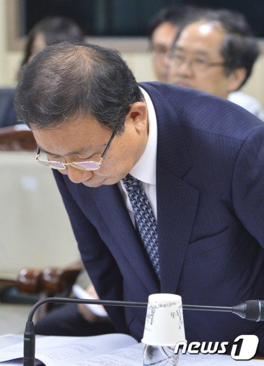 [사진]인사하는 원윤희 서울시립대 총장