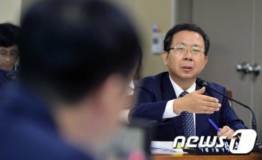 [사진]'시립대 0원 등록금 유보' 답변하는 원윤희 총장