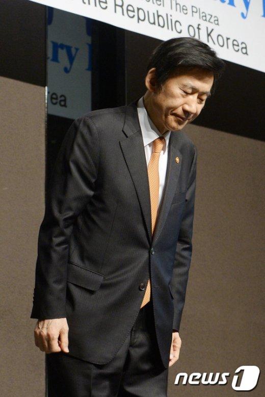 [사진]인사하는 윤병세 장관