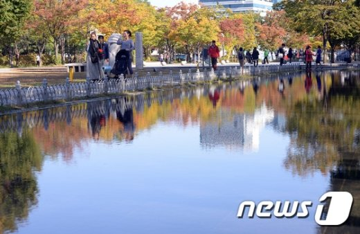[사진]가을하늘을 품은 연못