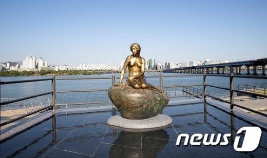 [사진]한강 물빛광장에 인어공주 동상 제막
