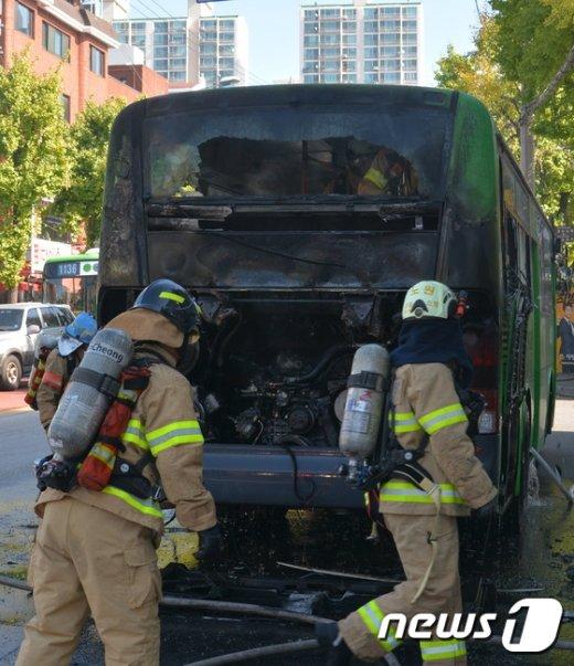 [사진]마을버스 화재 진압하는 소방대원들