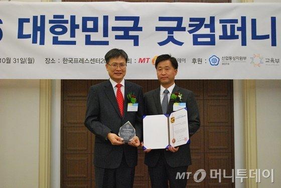 김정하 티라유텍 대표(오른쪽)가 굿컴퍼니대상을 수상하고 홍찬선 머니투데이 상무와 기념 촬영 중이다/사진=중기협력팀 오지훈 기자