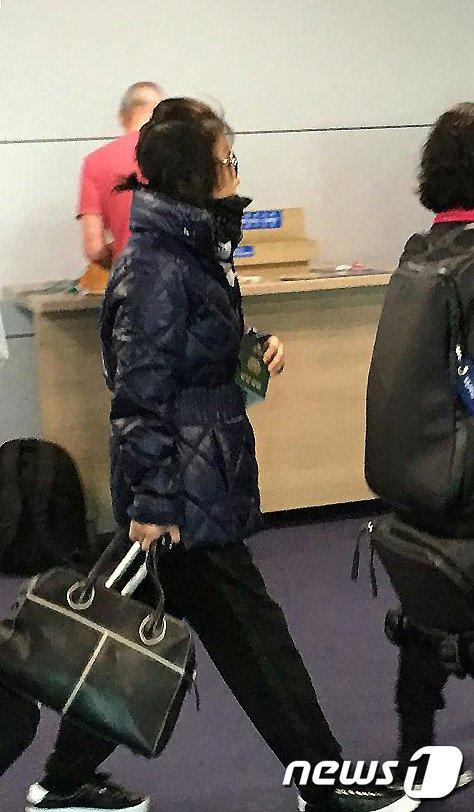 '비선 실세' 의혹의 핵심 인물 최순실씨로 추정되는 여성이  30일 오전 7시30분 영국발 브리티시 에어라인 항공편으로 인천공항을 통해 입국하고 있다.  (독자제공) 2016.10.30/뉴스1 © News1 이종덕 기자