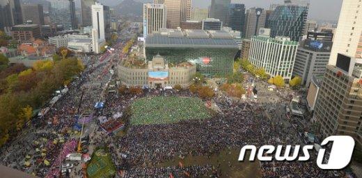 [사진]서울광장으로 몰려드는 시민들