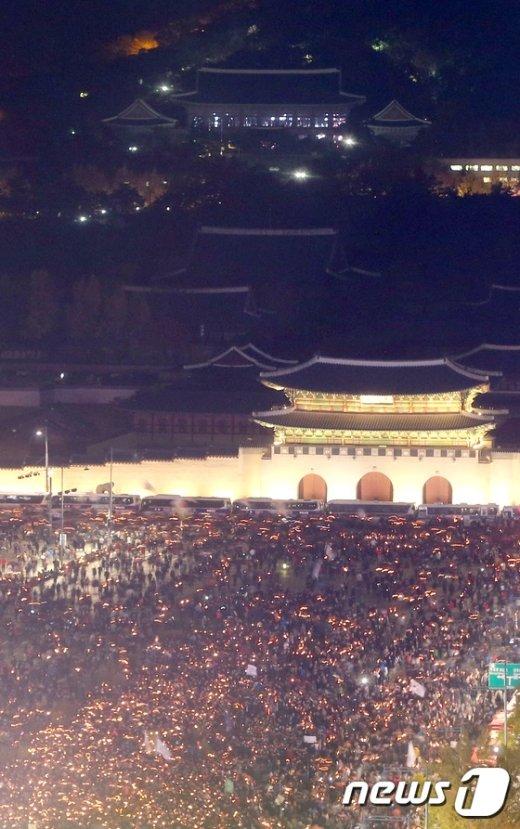 [사진]촛불 켠 민심...불 밝힌 청와대