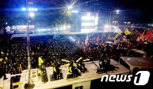 [사진]청와대 앞 행진 막는 경찰들