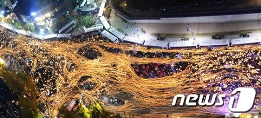 [사진]차벽에 막힌 촛불 든 민심