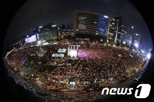 [사진]광화문 촛불 집회, 거세지는 시민 분노