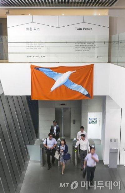 이우성의 하이트컬렉션 '트윈 픽스'전 출품작인 알바트로스,천 위에 수성페인트,155 x 292cm, 2016년. /사진제공=이우성