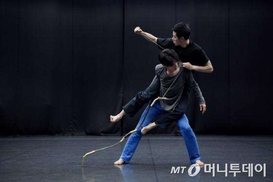 오는 25~26일 '춤의 연대기' 공연에 오르는 박순호 안무의 '조절하다' 공연 연습 모습/사진제공=국립국악원