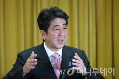 지난 4월 신속한 지진 대응으로 지지율을 끌어올린 아베 신조 일본 총리. /사진=머니투데이DB
