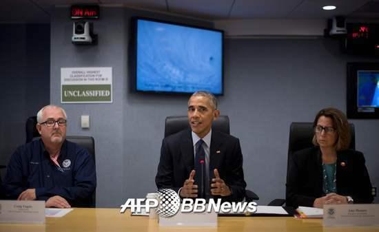 지난달 4일 미국 동부 허리케인 '매슈'가 덮친 가운데 오바마 대통령(가운데)이 워싱턴 연방재난관리청(FEMA)에서 회의를 주도하고 있다./사진=AFPBBNews=뉴스1