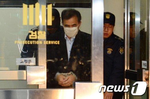 [사진]검찰 조사 마치고 구치소로 향하는 김종 전 차관