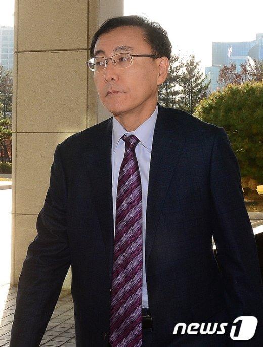 [사진]굳은표정으로 출근하는 김수남 검찰총장