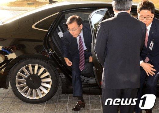 [사진]차량에서 내리는 김수남 검찰총장