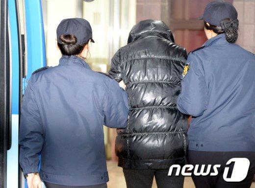 [사진]장시호 '호송차량에서 내려 서울지검으로'
