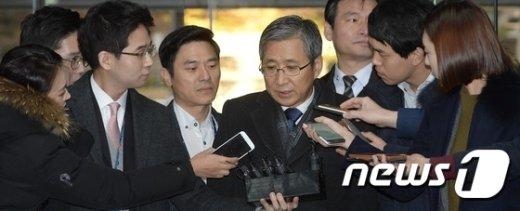 [사진]취재진 질문에 답하는 조원동 전 경제수석