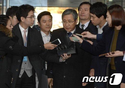 [사진]굳은표정으로 법정 향하는 조원동 전 수석