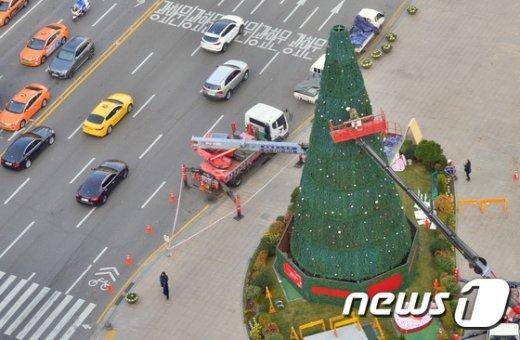 [사진]크리스마스 트리 설치되는 서울광장