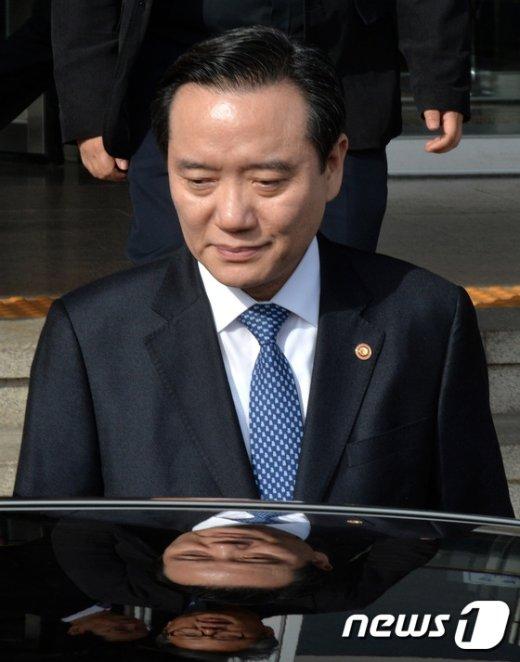 [사진]차량에 오르는 김현웅 장관