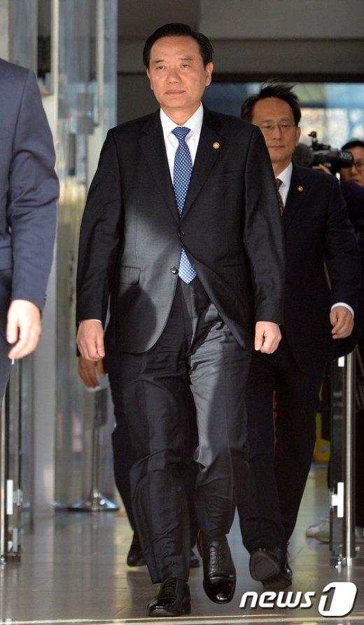 [사진]법무부 청사 나서는 김현웅 장관