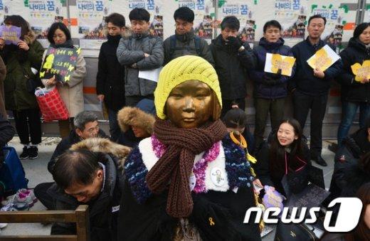 [사진]겨울 옷차림의 소녀상
