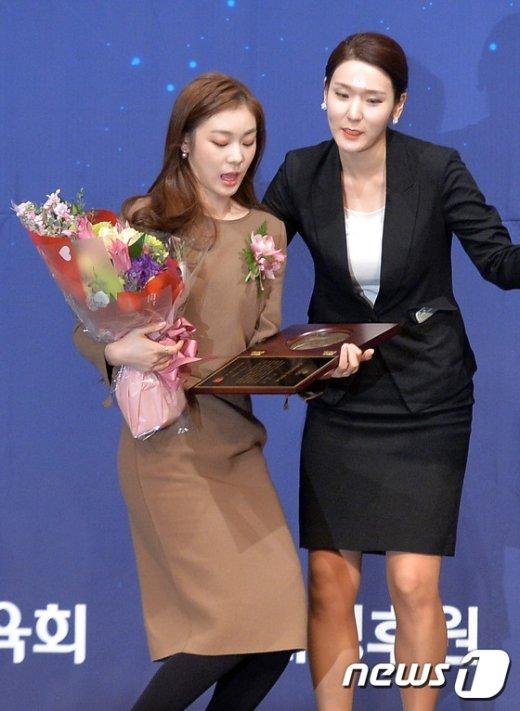 [사진]김연아 '헌액패가 무거워'