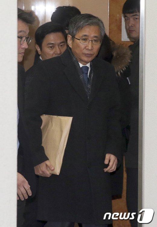 [사진]구속 전 피의자심문 마친 조원동 전 경제수석