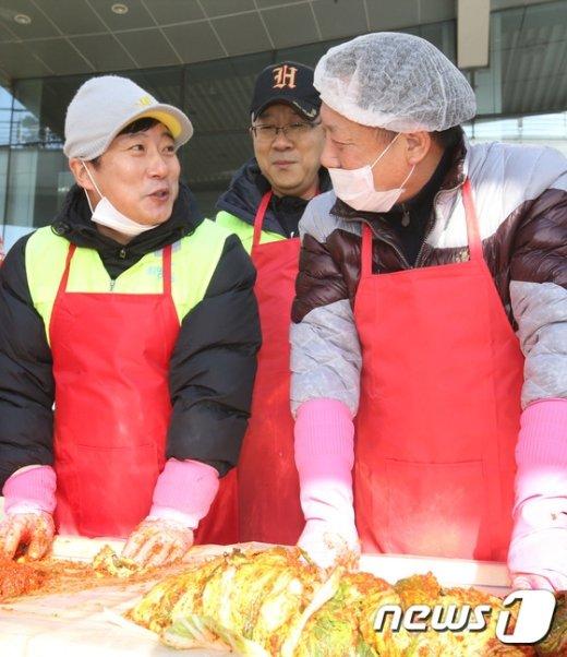 [사진]김치 담그는 차성수 금천구청장-개그맨 이수근