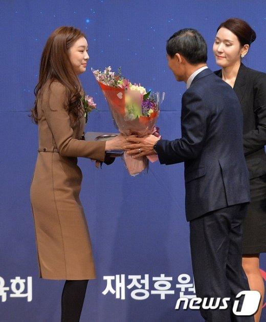 [사진]꽃다발 받는 '스포츠 영웅' 김연아