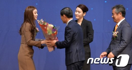 [사진]꽃다발 받는 김연아