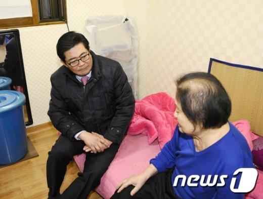 홀몸노인을 방문한 김기동 광진구청장(광진구 제공) 2016.12.5© News1