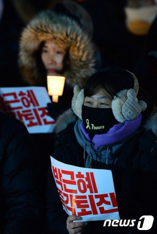 """[사진]""""매일 밤 청와대 200m 앞 행진…집회 계속"""""""