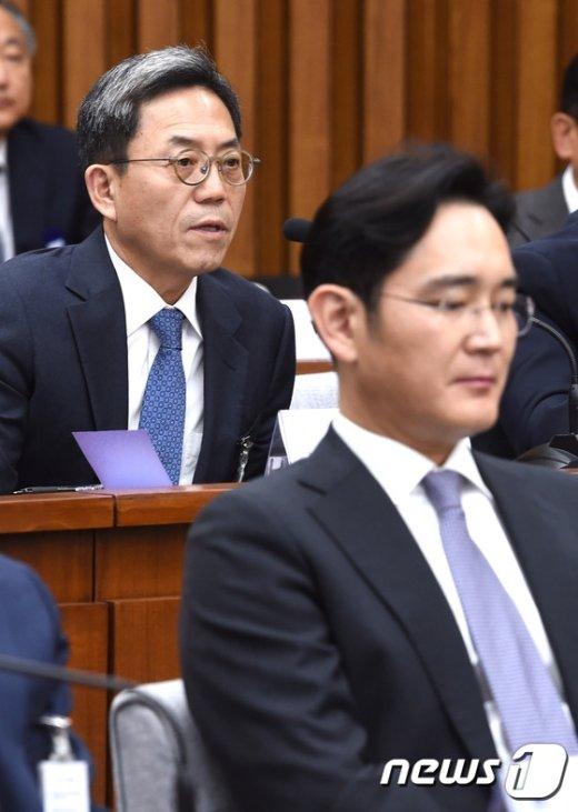 [사진]의원 질의에 답하는 김종중 삼성전자 미래 전략실 사장