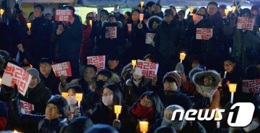 [사진]추위에도 꺼지지 않는 촛불