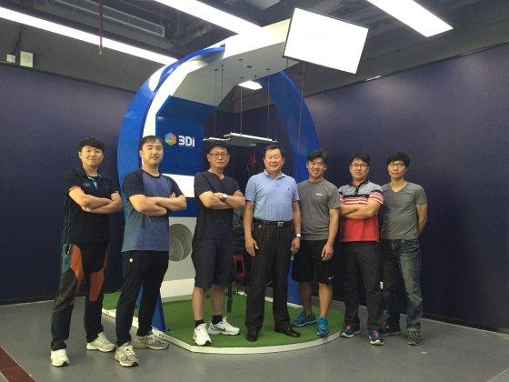 VR 기반 훈련 시뮬레이터 앞에서쓰리디아이 임직원이 포즈를 취하고 있다/사진=대전정보문화산업진흥원